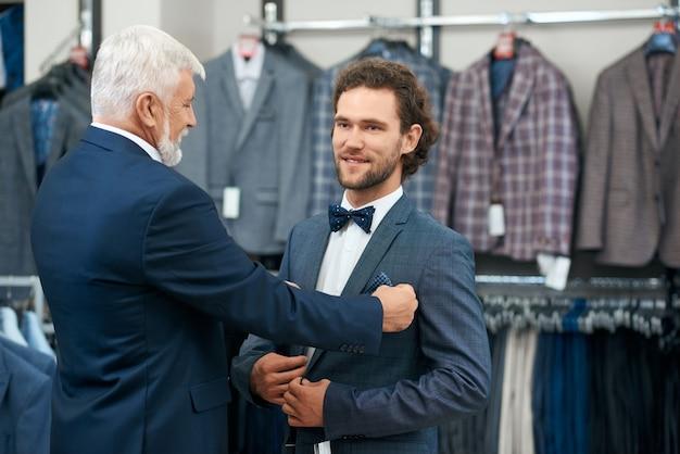 Ojciec I Syn Wybierają Modne Kostiumy. Premium Zdjęcia