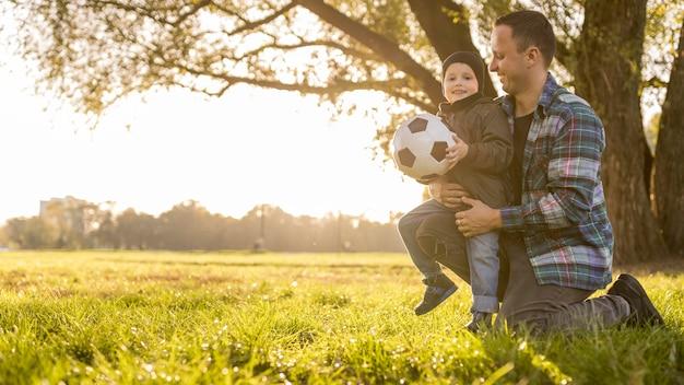 Ojciec i syn z piłkarskim długim widokiem
