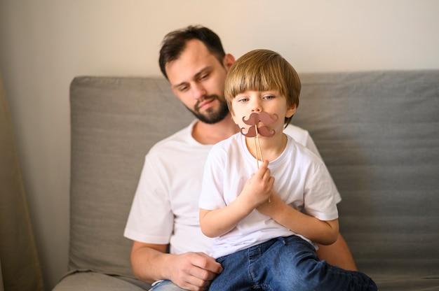 Ojciec i syn z wąsami