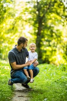 Ojciec i syn, zabawy w parku latem