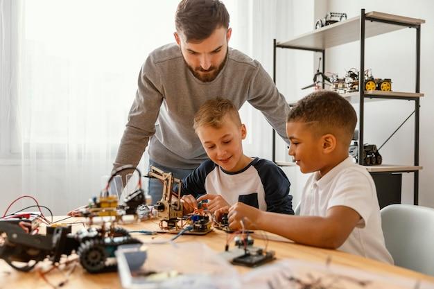 Ojciec i synowie robią robota
