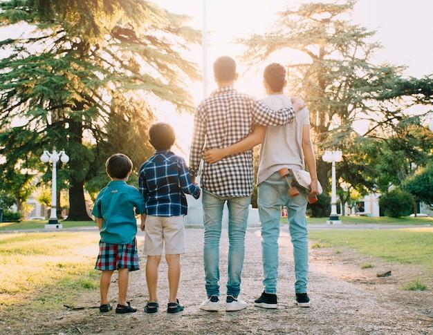 Ojciec i synowie szczęśliwi w dniu ojców