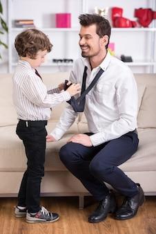 Ojciec idzie do pracy, a syn pomaga się spotkać.