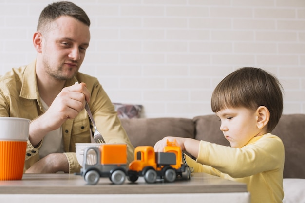 Ojciec jedzenia i zabawy dla dzieci
