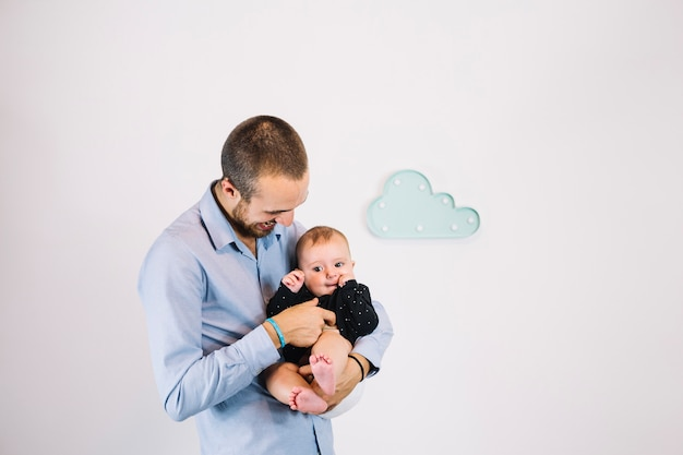 Ojciec łaskoczący dziecko