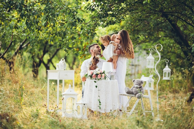 Ojciec, matka i córka razem na pikniku w ogrodzie