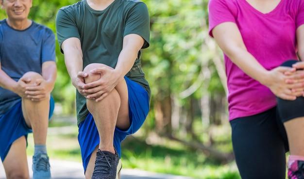 Ojciec matka i dorosły syn ćwiczymy w parku