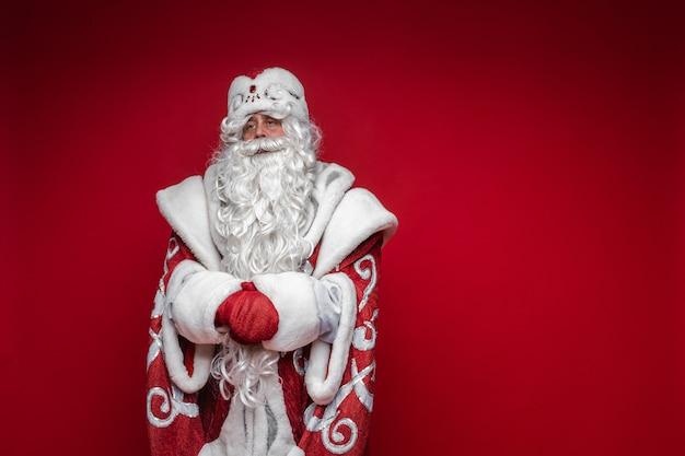 Ojciec mróz z długą białą brodą, zdjęcie na czerwonej ścianie