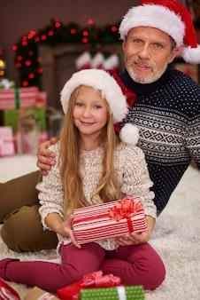 Ojciec obejmujący jej śliczną córeczkę