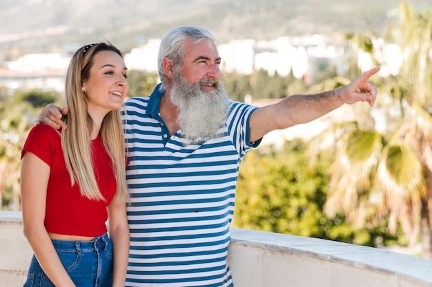 Ojciec pokazuje coś swojej córce