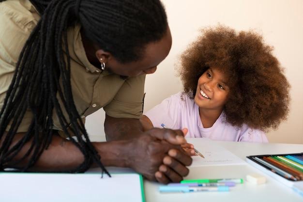 Ojciec pomaga córce w odrabianiu prac domowych