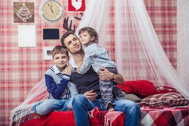 Ojciec przytula syna i córkę dzieci w domu w wygodnym otoczeniu