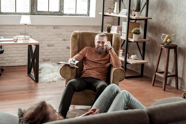 Ojciec się śmieje. brodaty kochający ojciec śmieje się spędzając czas z nastoletnią córką