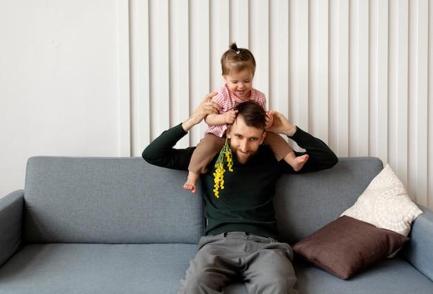Ojciec spędza czas z córką