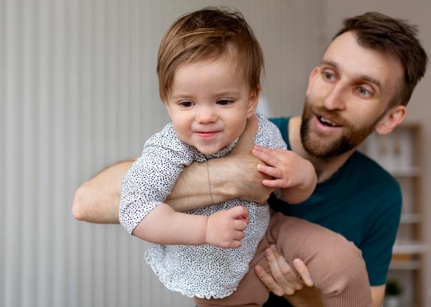 Ojciec spędza czas ze swoją córeczką