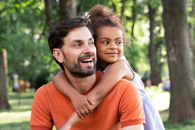 Ojciec spędza czas ze swoją dziewczyną na świeżym powietrzu