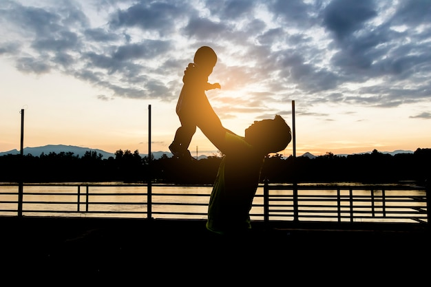 Ojciec świetnie się bawi w powietrzu dziecko, rodzina, podróże, wakacje