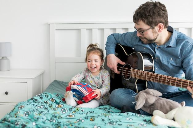 Ojciec świętuje dzień ojca ze swoją córką