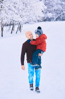Ojciec trzyma na rękach swojego syna