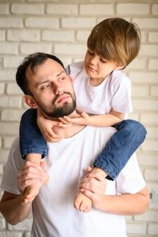 Ojciec trzymający dziecko na ramionach