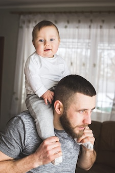 Ojciec trzymający syna