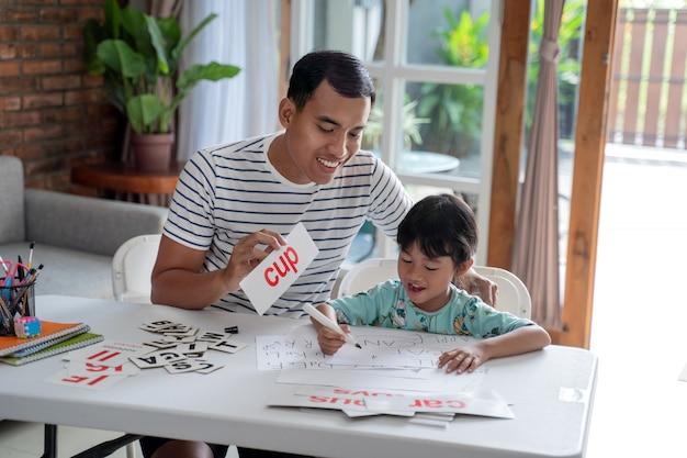 Ojciec uczy list do córki w domu