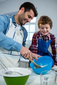 Ojciec uczy syna, jak zrobić ciasto na filiżankę
