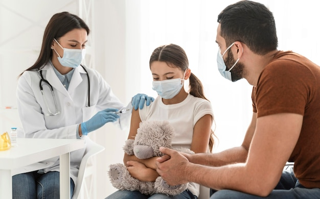 Ojciec wspiera szczepioną córkę