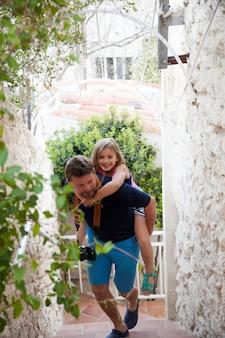Ojciec wspinaczka po schodach z córką na plecach