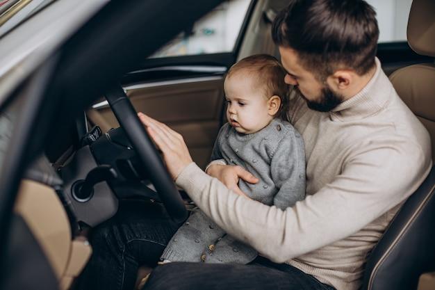 Ojciec z córeczką siedzącą w samochodzie
