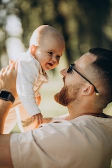 Ojciec z córką malucha w parku