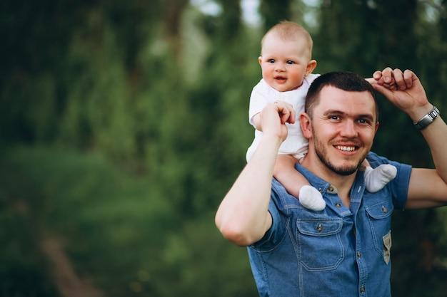 Ojciec z córką malucha