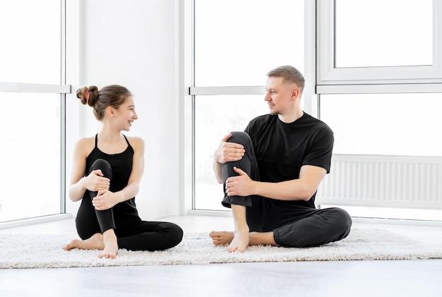 Ojciec z córką robi ćwiczenia fitness