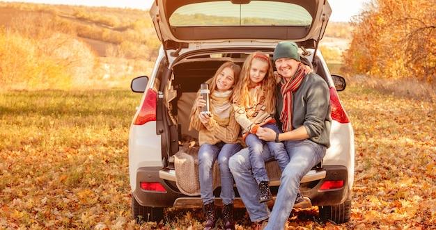 Ojciec z córkami w jesiennym otoczeniu