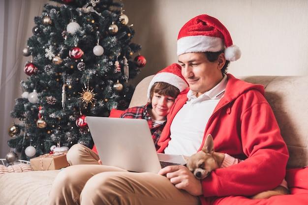 Ojciec z dzieckiem na boże narodzenie z laptopem