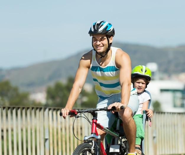 Ojciec z dzieckiem na rowerze
