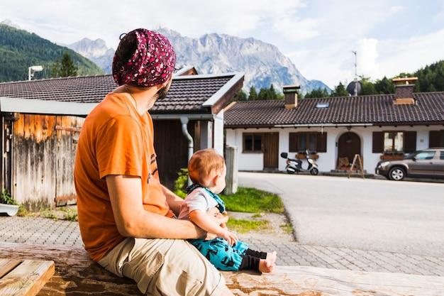 Ojciec z dzieckiem w ramionach