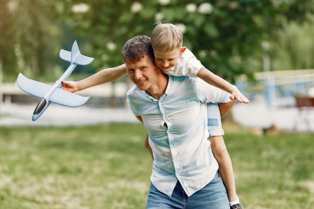 Ojciec z małym synem bawi się samolotem zabawka