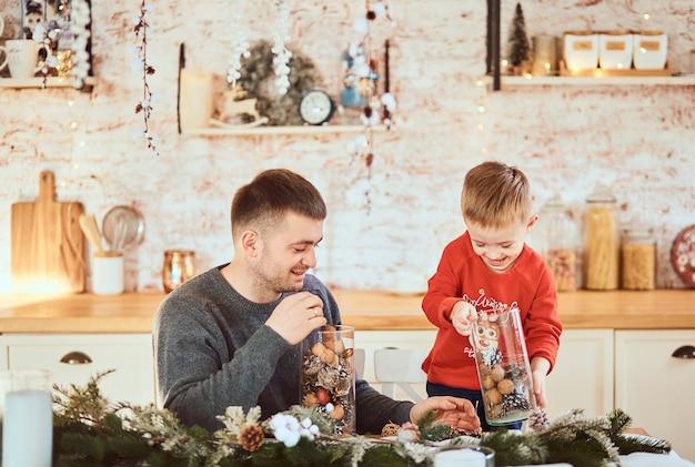 Ojciec z synem bawiąc się wspólnie spędzają czas
