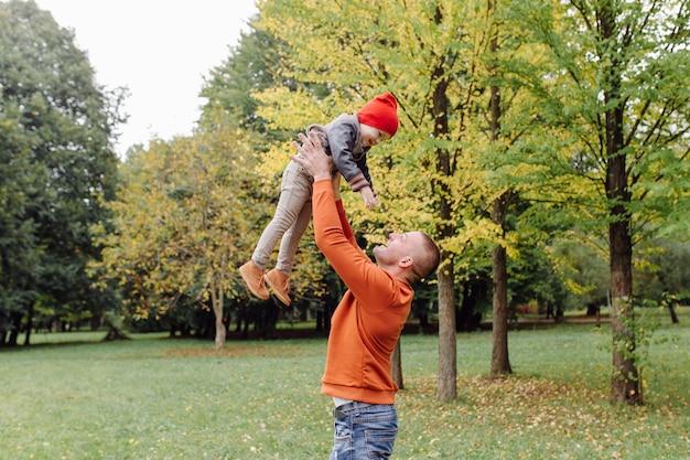 Ojciec z synem, grając w ogrodzie