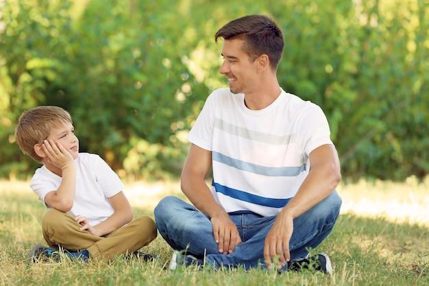 Ojciec z synem w parku w słoneczny dzień