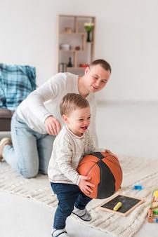 Ojciec z uśmiechniętym dzieckiem w domu