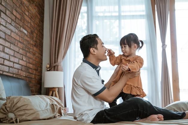 Ojciec zaśmiał się radośnie, gdy dziewczynka dotknęła jego nosa