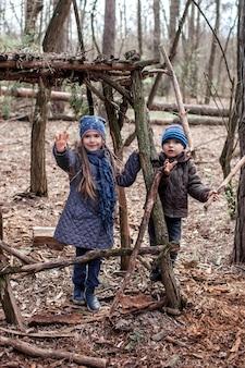 Ojcuj z dziećmi spacerującymi po lesie i łączącymi się z babcią, aby pokazać reportaż wideo przez internet