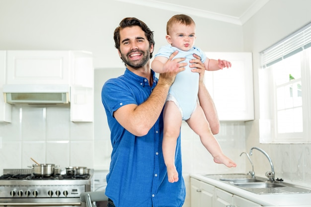 Ojcuje bawić się z synem kuchennym kontuarem w domu