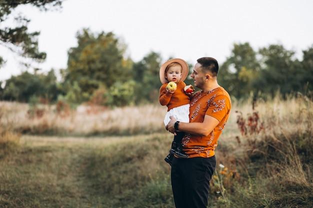 Ojcuje z jego dziecko córką outside w polu