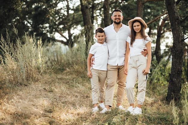 Ojcuje z jego synem i córką w parku
