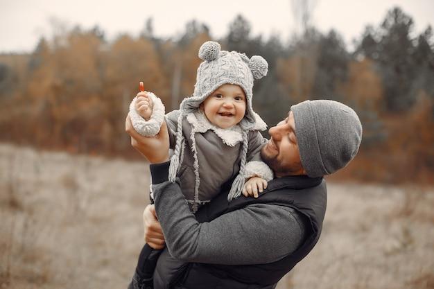 Ojcuje z małą córką bawić się w wiosny polu