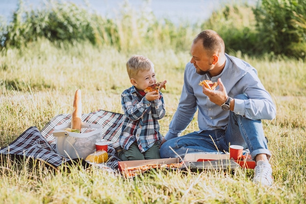 Ojcuje z synem ma pinkin w parku