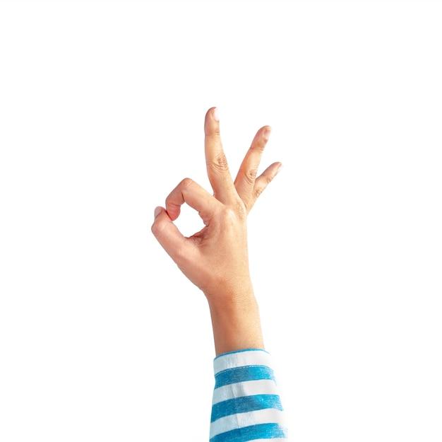 Ok gest ręki białej i niebieskiej koszuli z długim rękawem w paski